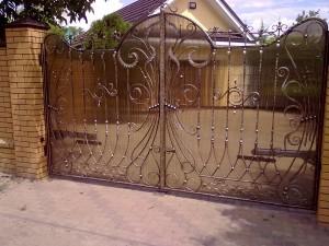 ворота кованые полупрозрачные медного цвета